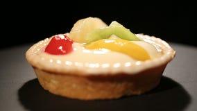 Smakelijk dessert met fruit, onweerstaanbare verleiding, hartstocht voor snoepjes stock video