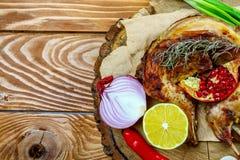 Smakelijk die Konijn in de saus van de mosterdroom met hierboven kruiden in gratinschotel wordt gekookt op houten lijst, klassiek royalty-vrije stock foto