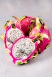 Smakelijk Dragon Fruit op de Verticaal van Gray Background Sweet Tropical Fruit Pitaya royalty-vrije stock afbeelding