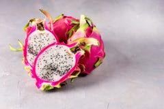 Smakelijk Dragon Fruit op het Exemplaar Ruimte Gezonde Veganist van Gray Background Sweet Tropical Fruit Pitaya royalty-vrije stock foto's