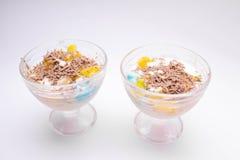 Smakelijk eigengemaakt dessert in een ijscoupe met kleurrijke roomijs, fruit, chocoladeschilfers op een witte achtergrond voor ki royalty-vrije stock fotografie