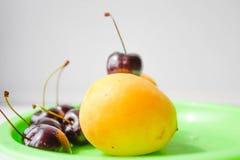 Smakelijk fruit op een plaat Stock Foto