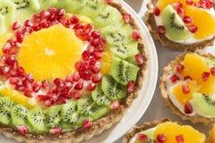 Smakelijk gebakje met vruchten stock afbeelding