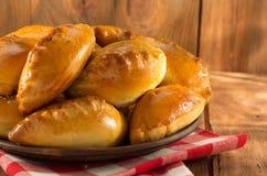 Smakelijk gebakje op plaat bij hout Stock Foto's