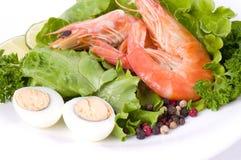 Smakelijk gebraden garnalenvoedsel met salade Stock Afbeeldingen