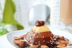 Smakelijk gelaagd dessert met karamelbovenste laagje royalty-vrije stock foto's