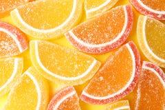 Smakelijk geleisuikergoed op kleurenachtergrond stock afbeeldingen