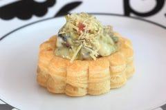 Smakelijk gevuld gebakjegeval of vol-au-vent op dinerplaat Stock Foto's
