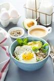 Smakelijk havermeel met ei en avocado stock foto's