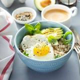 Smakelijk havermeel met ei en avocado stock fotografie