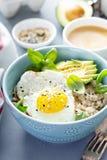 Smakelijk havermeel met ei en avocado royalty-vrije stock foto