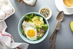Smakelijk havermeel met ei en avocado royalty-vrije stock afbeelding