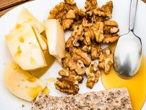 Smakelijk Italiaans gezond rustiek ontbijt met eigengemaakte koemelkkaas, okkernoten, honing en sesamkoekjes royalty-vrije stock fotografie