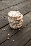 smakelijk knäckebrood op houten lijst als achtergrond, gemorste melk en crumbs Royalty-vrije Stock Foto