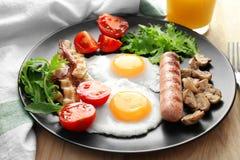 Smakelijk ontbijt met eieren stock foto's