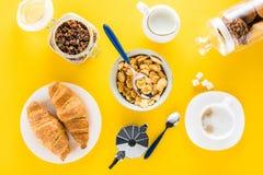 Smakelijk ontbijt met graangewassenvlokken en croissants met koffie Royalty-vrije Stock Afbeeldingen