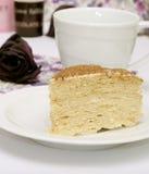 Het stuk van а van cake met thee Stock Foto's