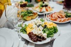 Smakelijk vlees en plantaardige snacks op de huwelijkslijst royalty-vrije stock foto