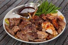 Smakelijk voedsel, in het restaurant op de verfraaide lijst, stock foto's