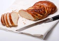 Smakelijk zoet broodje met mes op linnendoek Stock Foto