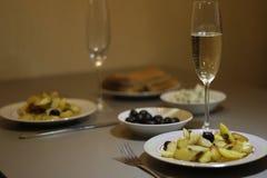 Smakelijke aardappel Heerlijke gebraden aardappels en koude wijn stock afbeelding