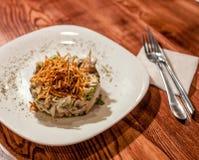Smakelijke aardappelsalade met vlees en paddestoelen stock afbeelding