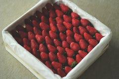 Smakelijke aardbeien in een witte doos royalty-vrije illustratie