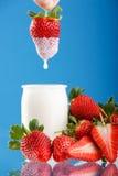 Smakelijke aardbeien en yoghurt Stock Afbeelding