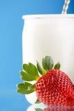 Smakelijke aardbeien en yoghurt Royalty-vrije Stock Foto's