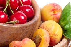 Smakelijke abrikoos en kers Stock Foto