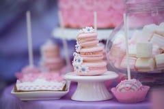 Smakelijke banketbakkerij op de lijst makarons heemst cupcakes Cacke royalty-vrije stock afbeelding