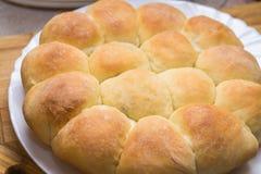 Smakelijke blozende broodjes met sesamzaden op een bakselblad, eigengemaakte gebakjes Vers gebakken tarwebroodjes met sesamzaden Royalty-vrije Stock Foto
