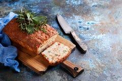 Smakelijke broodcake met kaas, peper en kippenham Royalty-vrije Stock Afbeelding
