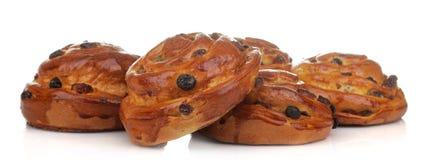 Smakelijke broodjes met rozijnen op een wit geïsoleerde achtergrond Verse bakkerij Close-up stock afbeelding