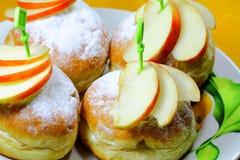 Smakelijke broodjes met sommige stukken van een appel Royalty-vrije Stock Afbeeldingen
