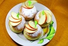 Smakelijke broodjes met stukken van een appel Royalty-vrije Stock Foto's