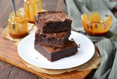Smakelijke Brownies met Karamelsaus stock foto