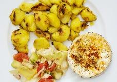 Smakelijke camembertkaas met geroosterde aardappels en groente Stock Foto's