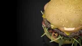Smakelijke cheaseburger met rucola het roteren stock footage