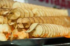 Smakelijke chips op een vleespen stock foto's