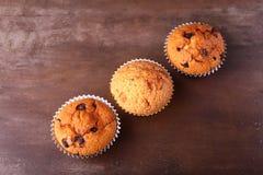 Smakelijke chocolade cupcakes, muffins op een witte houten lijst Royalty-vrije Stock Afbeeldingen