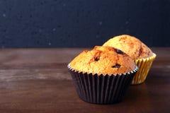 Smakelijke chocolade cupcakes, muffins op een witte houten lijst Royalty-vrije Stock Foto's