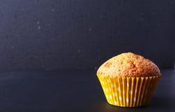 Smakelijke chocolade cupcakes, muffins op een witte houten lijst Royalty-vrije Stock Foto