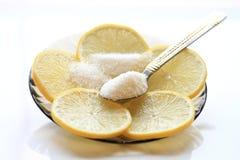 Smakelijke citroen met plakken en suiker, een theelepeltje stock fotografie