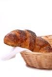 Smakelijke croissants met papaver in mand. Royalty-vrije Stock Afbeeldingen