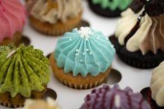 Smakelijke cupcakes Eigengemaakte muffin met room buttercream voor verjaardag, valentijnskaart, en Kerstmisvakantie royalty-vrije stock foto