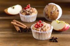 Smakelijke Cupcakes met Bessen op Hoogste Houten Achtergrond Eigengemaakte Cupcake met Berry Apple en Kruiden royalty-vrije stock fotografie