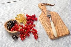 Smakelijke de zomervruchten op een houten lijst Frambozen Royalty-vrije Stock Fotografie