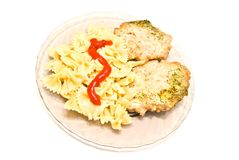 Smakelijke deegwaren met vlees en ketchup op wit Royalty-vrije Stock Foto's