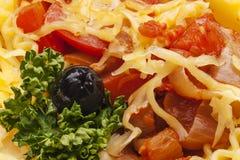 Smakelijke deegwarenkaas, salade en olijven Royalty-vrije Stock Afbeelding